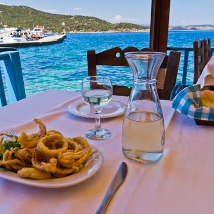 Eten in een Griekse taverna op Amoulani