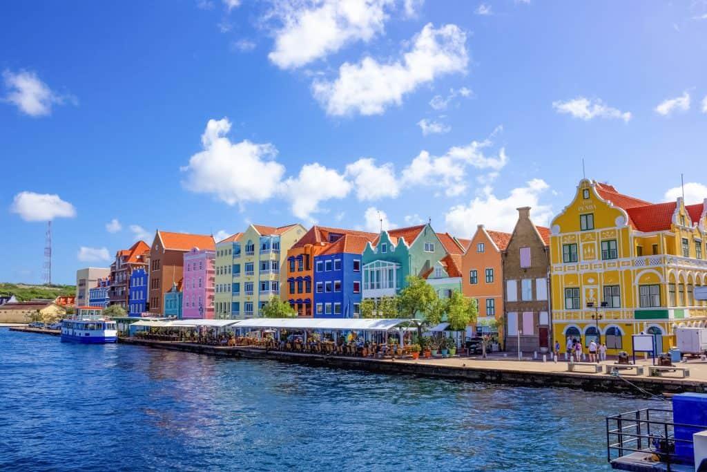 gekleurde huizen in Willemstad op Curaçao