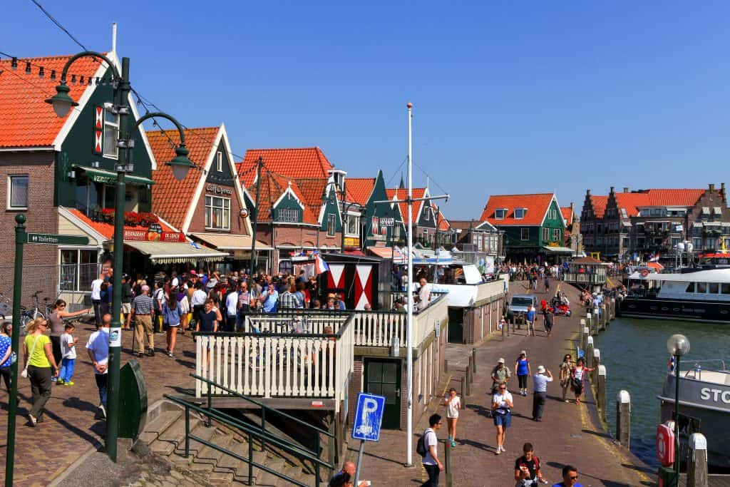 Haven en traditionele huizen in Volendam, Noord-Holland