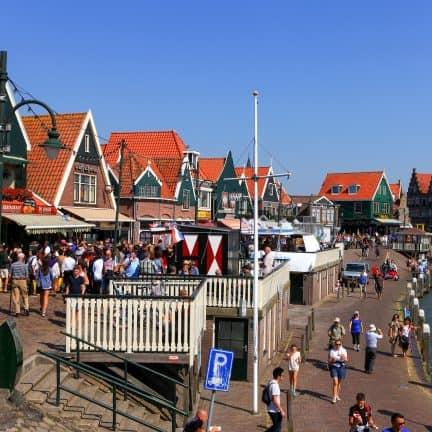 Haven en traditionele huizen in Volendam, Noord-Holland