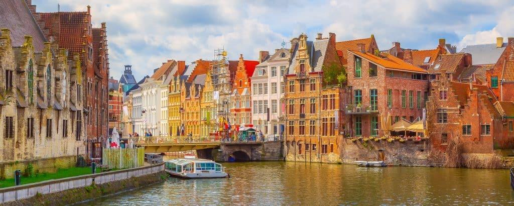 Kanaal met boten en oude huizen in Gent