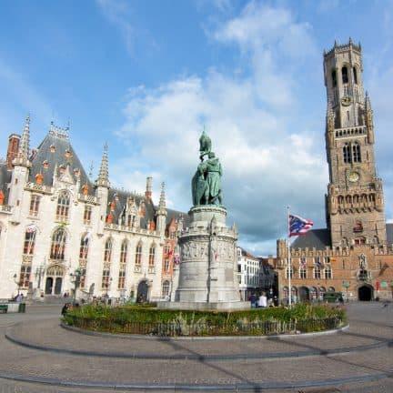 Marktplein en de Belfort toren in Brugge, België