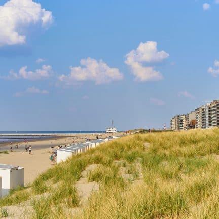 Strand en bebouwing in Nieuwpoort, België
