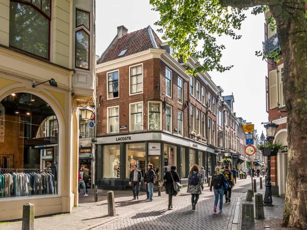 Wandelen door de winkelstraat in Utrecht