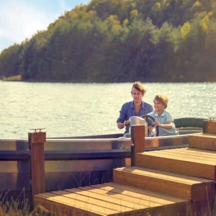 Vader en zoon in een bootje bij Center Parcs Terhills Resort