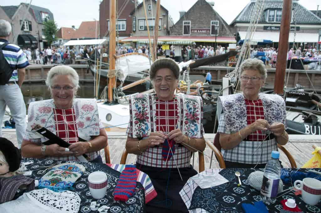 Drie vrouwen in traditionele klederdracht in Spakenburg, Gelderland