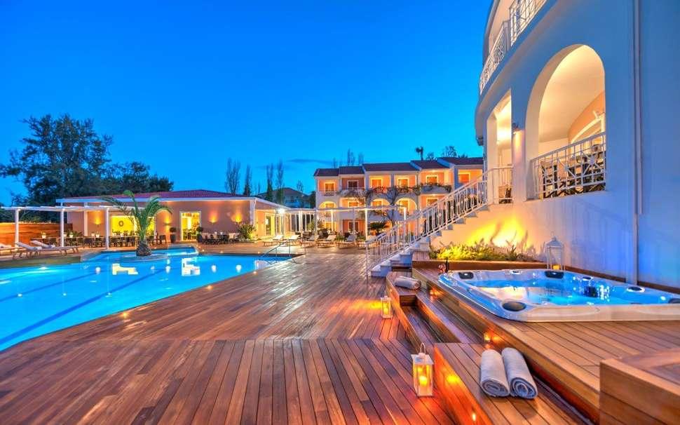 Zwembad en whirlpool van Bitzaro Palace
