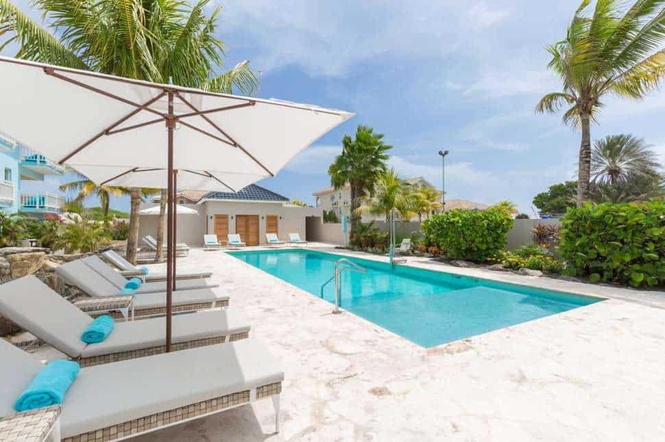 Zwembad van Dolphin Suites Hotel