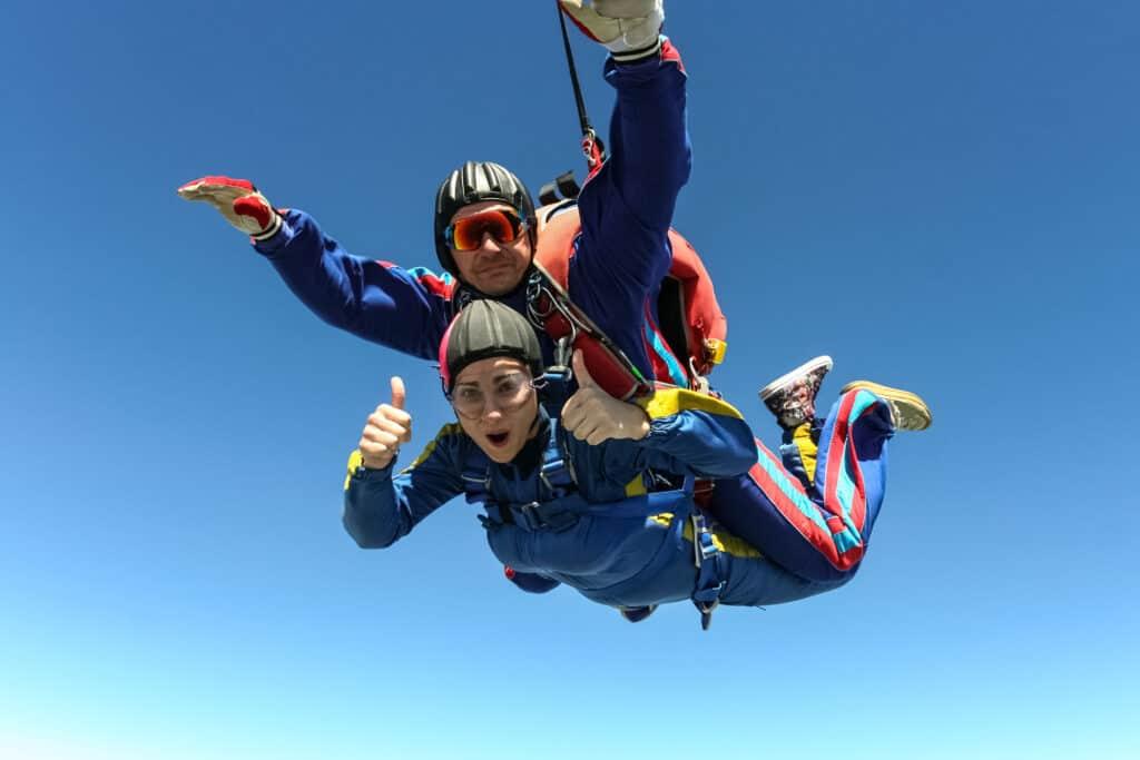 Man en vrouw doen een tandemsprong met een parachute
