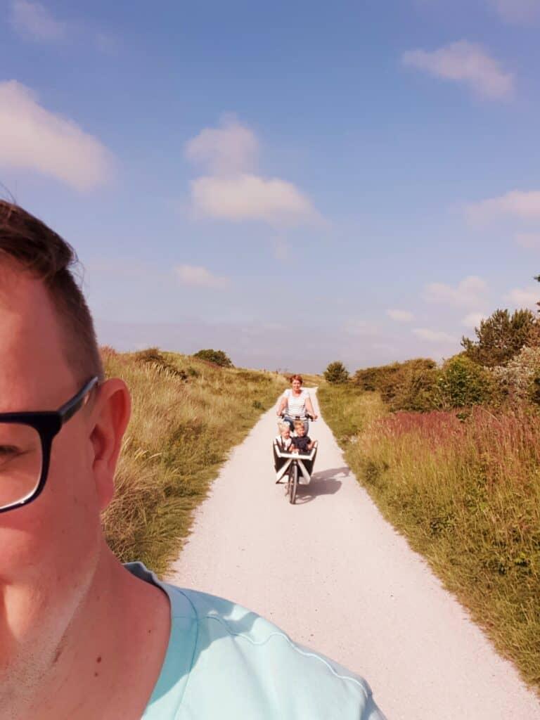 Mark en oma met een bakfiets aan het fietsen  op Ameland